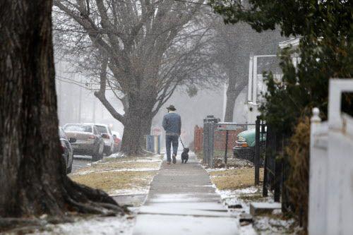 Un hombre camina por la calle Bishop en Oak Cliff. Este fin de semana se anticipa frío extrema y algo de nieve. ROSE BACA/DMN