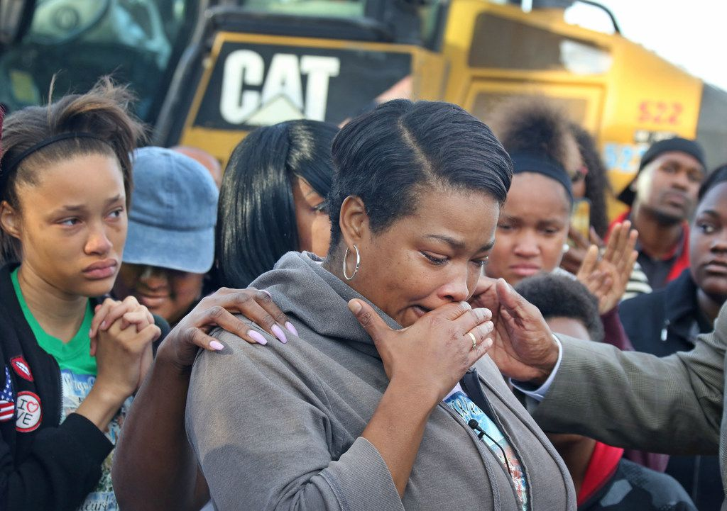 Shaquna Persley, mother of Shavon Randle, is overcome with emotion as she talks about her daughter as she and other family members get ready to watch the demolition of the structure at 2208 E. Kiest Boulevard in Oak Cliff south of Dallas, where the body of 13-year-old Shavon Randle was found in July. Photographed on Thursday, October 19, 2017. Randle was kidnapped and held for ransom in a scheme involving drugs, robbery and money in July 2017. (Louis DeLuca/The Dallas Morning News)