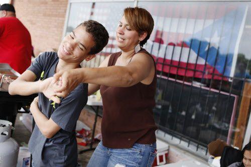 Jabes Torres, de 12 años, baila con su tía Eybel Soto durante una reciente reunión de puertorriqueños en el Norte de Texas. BEN TORRES/AL DÍA