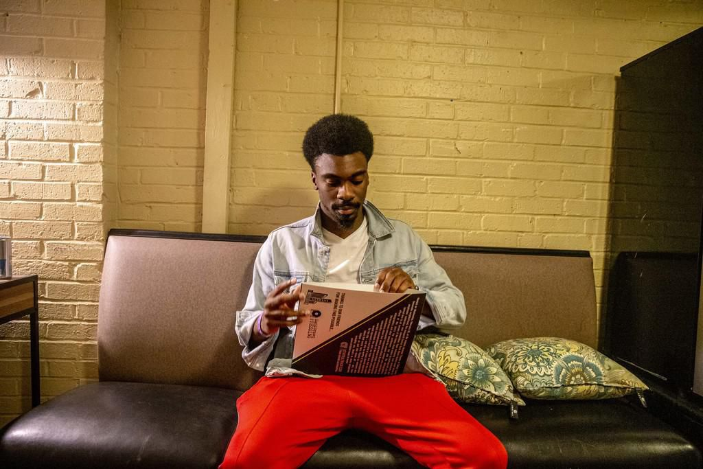 Tye Harris abre si disco de acetato en el Granada Theater en Dallas. Harris intentó suicidarse pero ahora aborda el problema a través de su música. (TNS/SHABAN ATHUMAN)