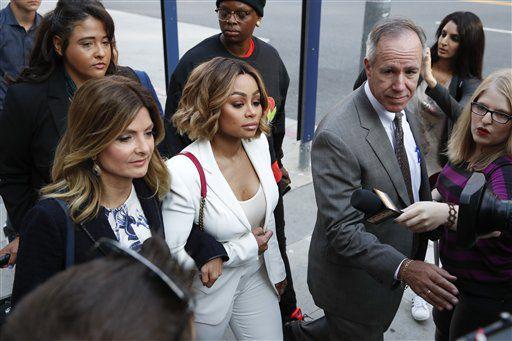 lac Chyna, en el centro, y su abogada Lisa Bloom, a la izquierda, llegan a una audiencia en busca de una orden de alejamiento contra su exprometido, Rob Kardashian, el lunes 10 de julio del 2017 en Los Angeles. Chyna ha acusado a Kardashian de ciberacoso y violencia doméstica por una serie de mensajes escabrosos que él publicó en Instagram y Twitter la semana pasada. (AP Foto/Jae C. Hong)