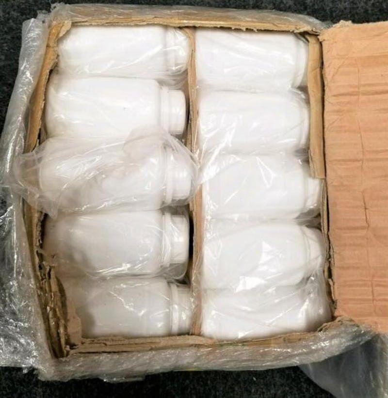 Botellas supuestamente tenían tinta para imprimir, pero en realidad llevaban metanfetamina líquida.