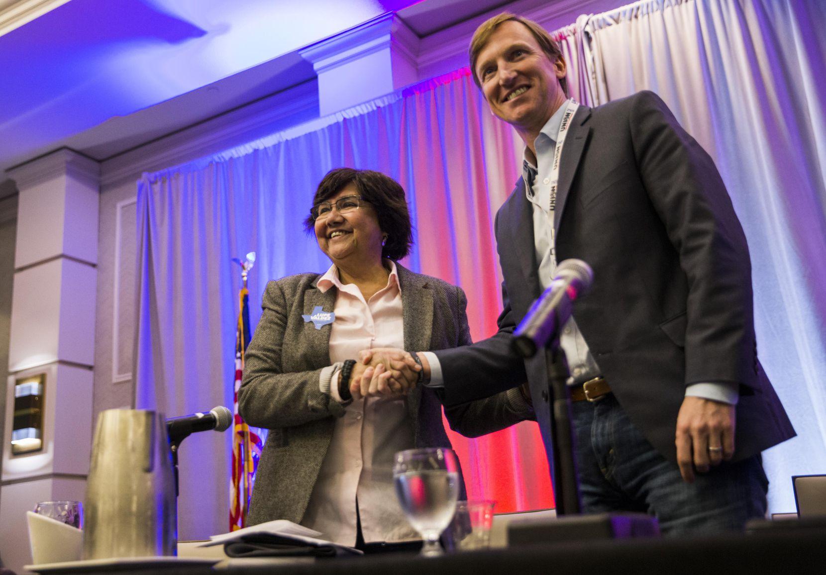 Lupe Valdez (izq.) y Andrew White, candidatos demócratas para la gobernación de Texas, afinan sus campañas en busca de la nominación del partido. (DMN/ASHLEY LANDIS)