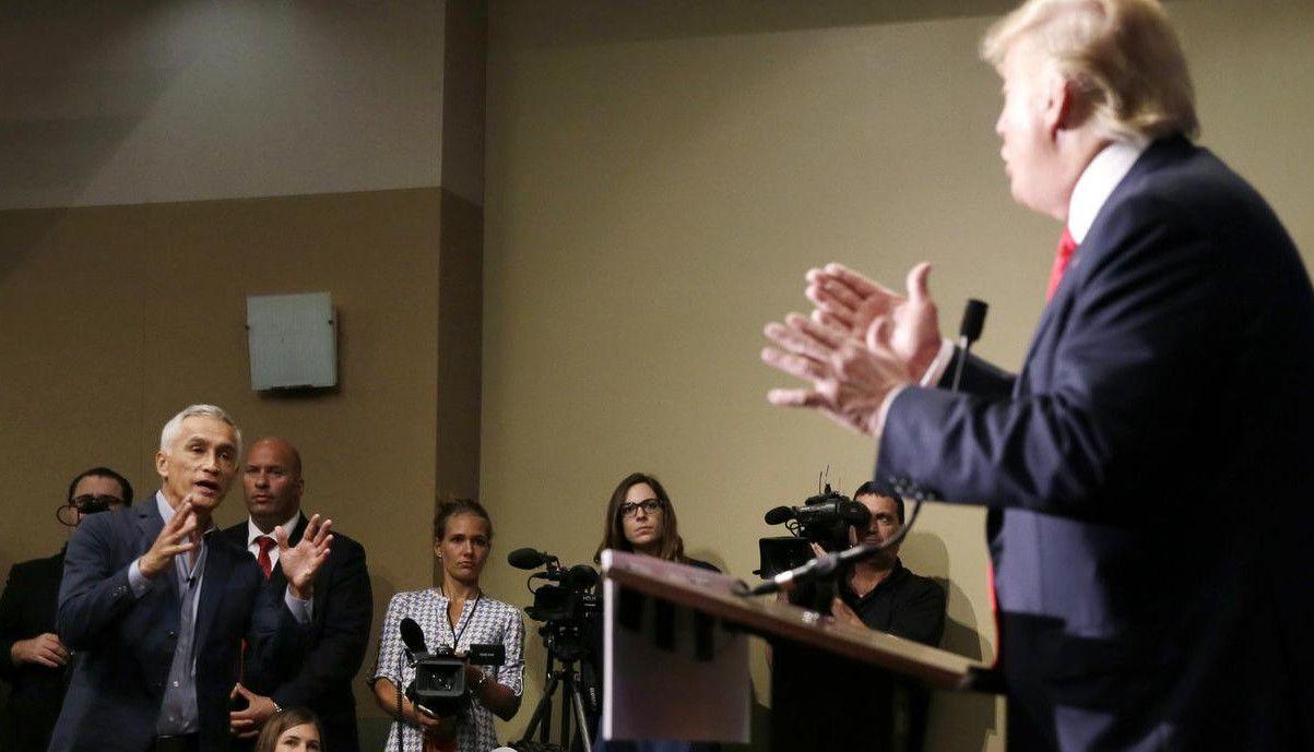 Jorge Ramos, presentador de Univision, le hace una pregunta a Donald Trump durante una conferecia de prensa en agosto del 2016. (AP/CHARLE NEIBERGALL)