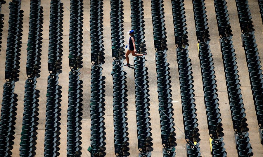 Cada año cae el número de asistentes al parque de pelota de los Rangers, lo que ha llevado a pérdidas millonarias. Foto DMN