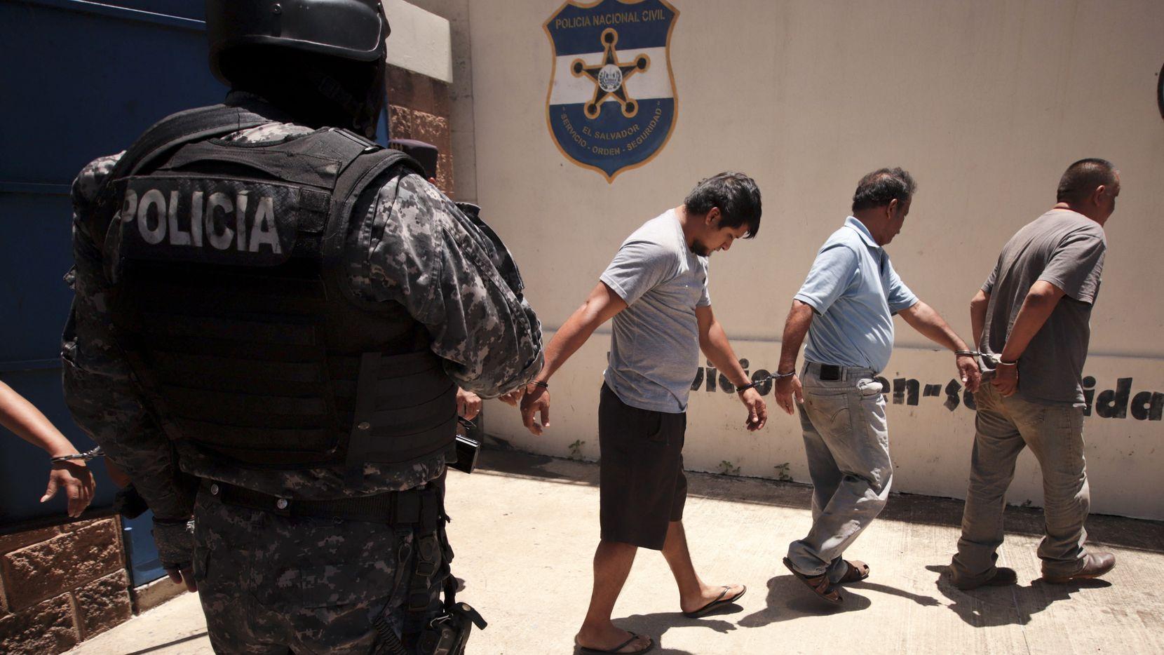 La policía arrestó a un grupo de personas acusadas de tráfico de migrantes en El Salvador.