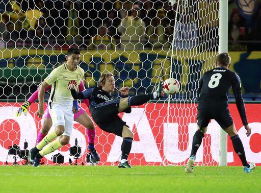 Luka Modric del Real Madrid con el balón en una jugada de la semifinal del Mundial de Clubes. Foto AP