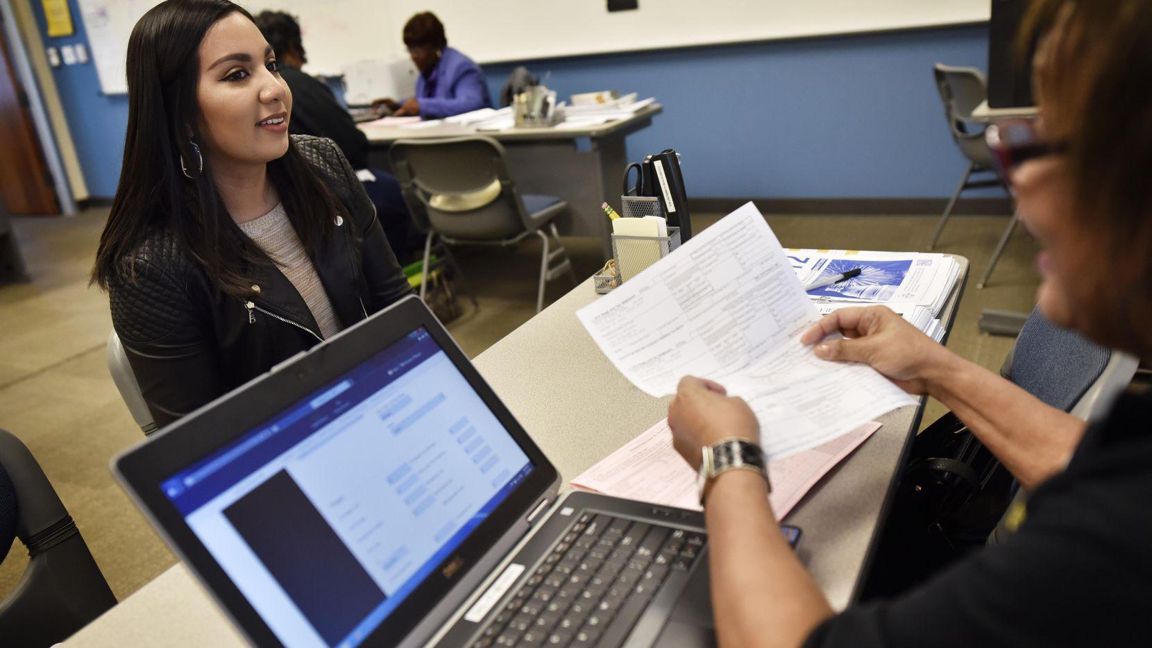 Joselyn Briseño, de 23 años, recibe asistencia en un centro para impuestos, Dallas Community Tax Center, en el sur de Dallas. (DMN/BEN TORRES)