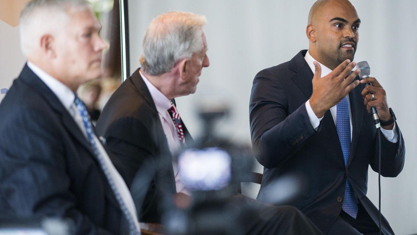 El candidato Colin Allred (der.) durante un debate con Pete Sessions (izq.), en el Club Rotario de Dallas.  ASHLEY LANDIS/DMN