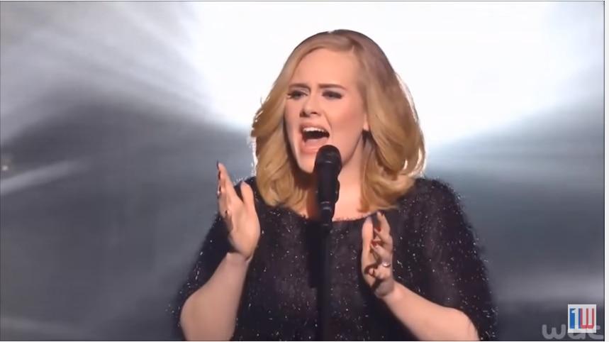 """Adele cantó por primera vez su sencillo """"Hello"""" en los NRJ Music Awards./ FOTO TOMADA DE YOUTUBE"""