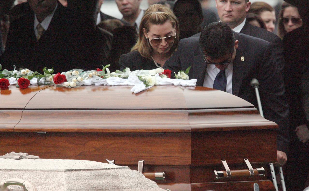 Víctor Ávila (der.) lamenta la muerte de su compañero Jaime Zapata, durante el funeral del agente de ICE en Brownsville, en 2011. (AP/DELCIA LÓPEZ)