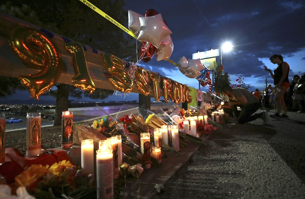 Un memorial. que dice 915 Strong fue desplegado afuera de Walmart en El Paso, Texas, el lunes.