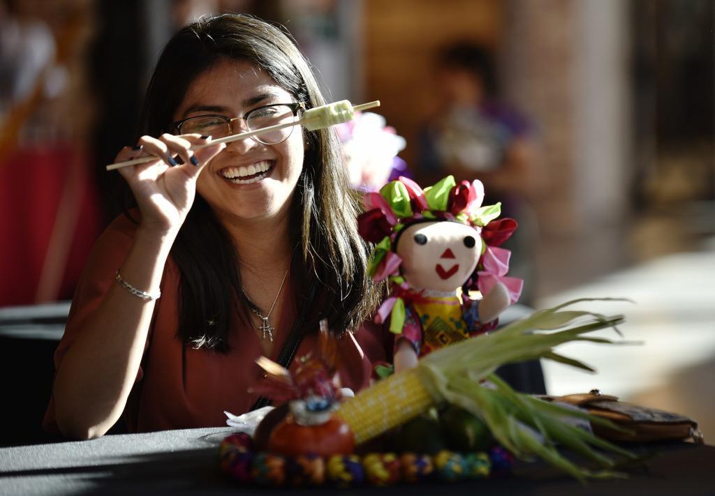 """Fernanda Román, una estudiante de 19 años de UT Dallas, disfruta de una paleta en HA Paletería, durante el lanzamiento oficial de """"México de 1,000 sabores"""" que se realizará en septiembre. (ESPECIAL PARA AL DÍA/BEN TORRES)"""