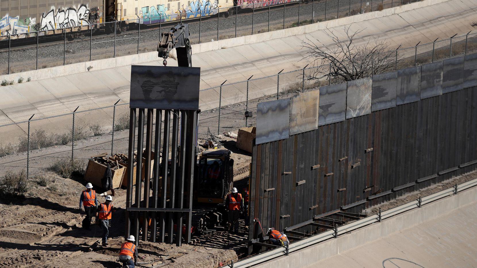 Una segmento de una malla metálica se construye en la frontera entre El Paso, Texas y Ciudad Juárez, Chihuahua. (AP/Eric Gay)