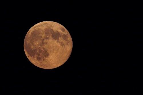 Un frente de alta presión mantiene temperaturas altas y cielos despejados. ideal para ver esta espléndida luna.