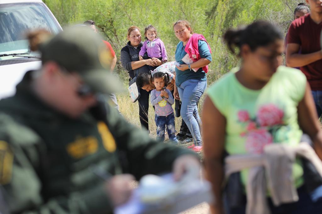 """Un grupo de solicitantes de asilo en McAllen son arrestados por agentes fronterizos. Miles de niños han sido separados de sus padres como consecuencia de la política """"cero tolerancia"""" que impulsa Donald Trump. (GETTY IMAGES/JOHN MOORE)"""