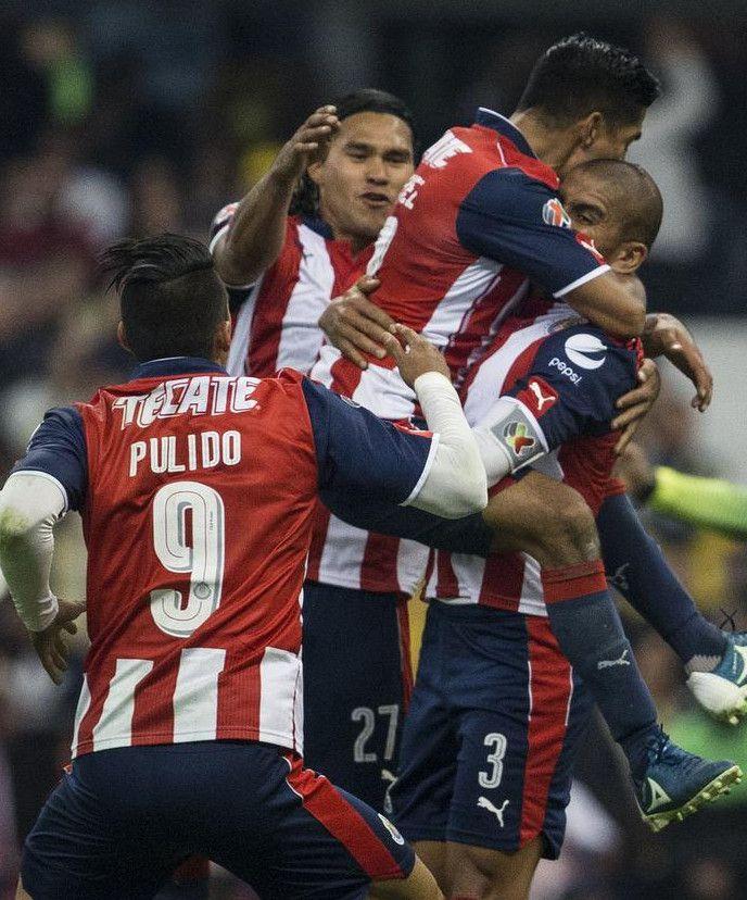 Jugadores de Chivas festejan un gol de penal de Carlos Salcido sobre el América. (AP/CHRISTIAN PALMA)