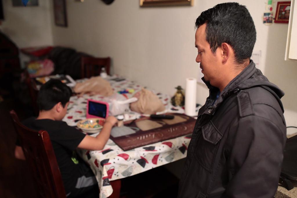 Omar Ortega (der.)  no ha podido trabajar desde que su esposa fue arrestada una redada en Allen el miércoles pasado. Mientras contacata abogados para intentar que la liberen, trata de atender a sus tres hijos. (ESPECIAL PARA AL DÍA/MARÍA OLIVAS)