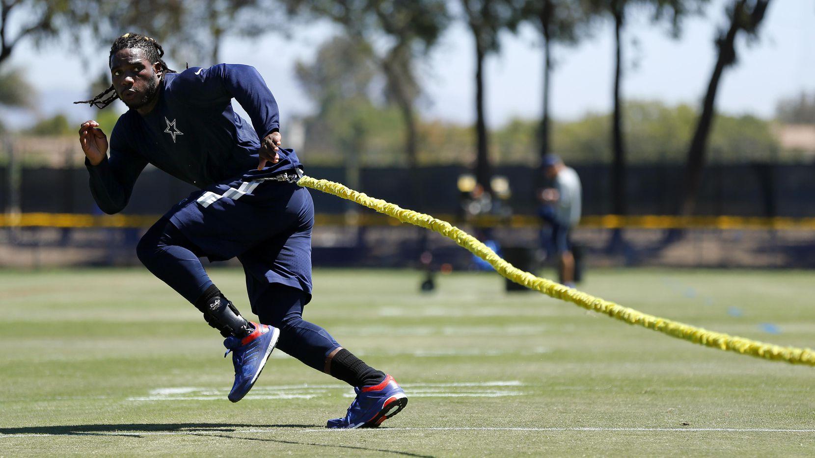 El liniero de los Cowboys de Dallas Jaylon Smith realiza trabajo de acondicionamiento de fuerza en sus piernas como parte de la rehabilitación de su cirugía en la rodilla. (DMN/TOM FOX)