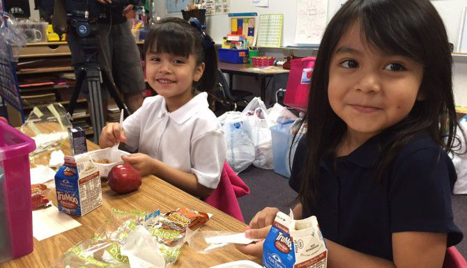 Estudiantes de prekínder de la escuela Onésimo Hernández empezaron las clases con el estómago lleno. (AL DÍA/ANA AZPURUA)