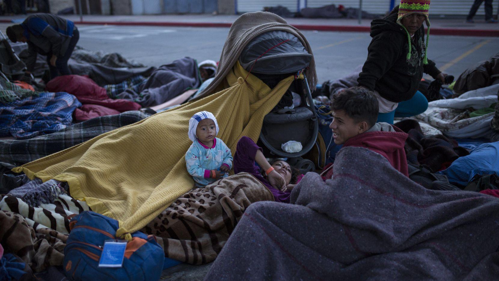 Grupo de migrantes que duermen en el cruce fronterizo que conecta Tijuaja con Estados Unidos. (AP/Rodrigo Abd)