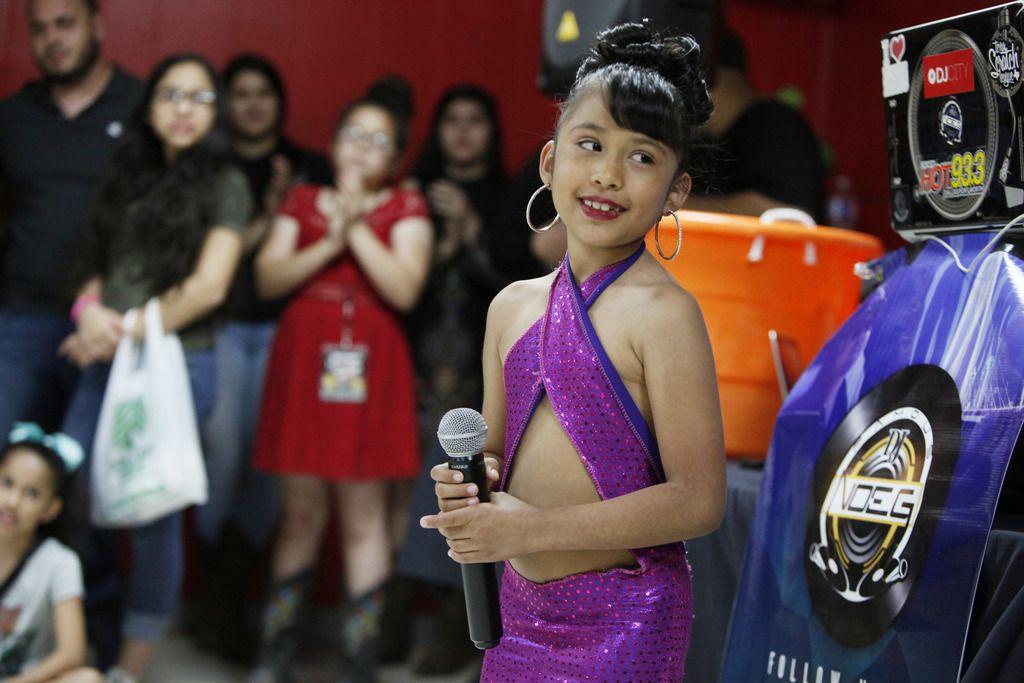 Azlie García durante un concurso de talento en plena celebración #214Selena el año pasado en Oak Cliff. (Ben Torres para AL DÍA)