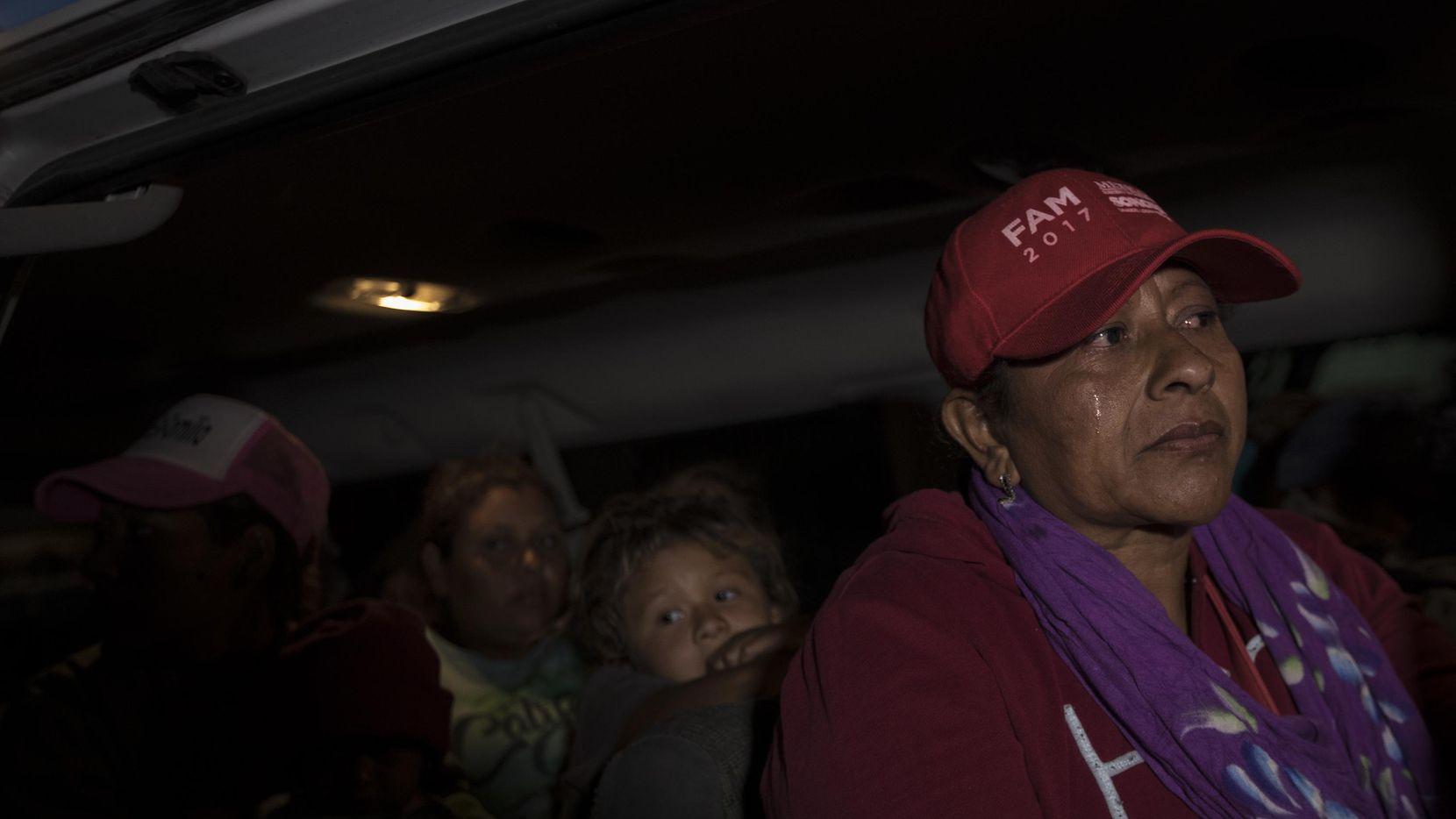 Una mujer de América Central, que no quiso dar su nombre abordo del camión que la llevó a Tijuana, en la frontera de México con Estados Unidos.(AP)