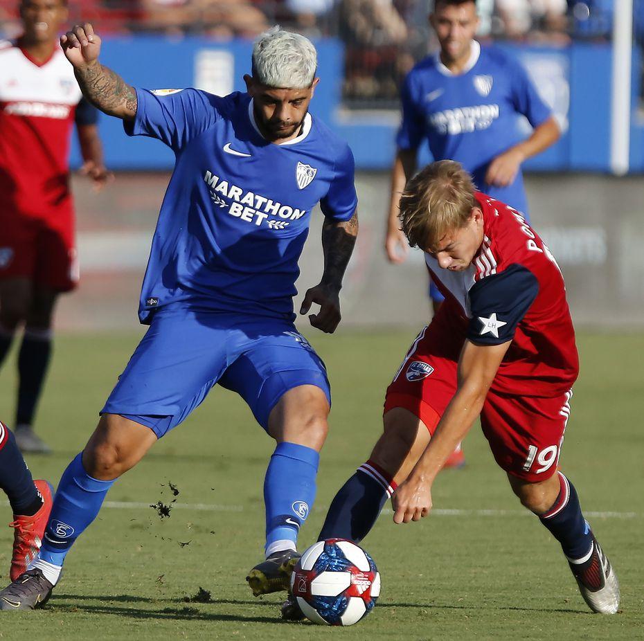 Ever Banega (10) y Paxton Pomykal (19) disputan el balón en el juego entre Sevilla y FC Dallas el miércoles en el Toyota Stadium de Frisco.