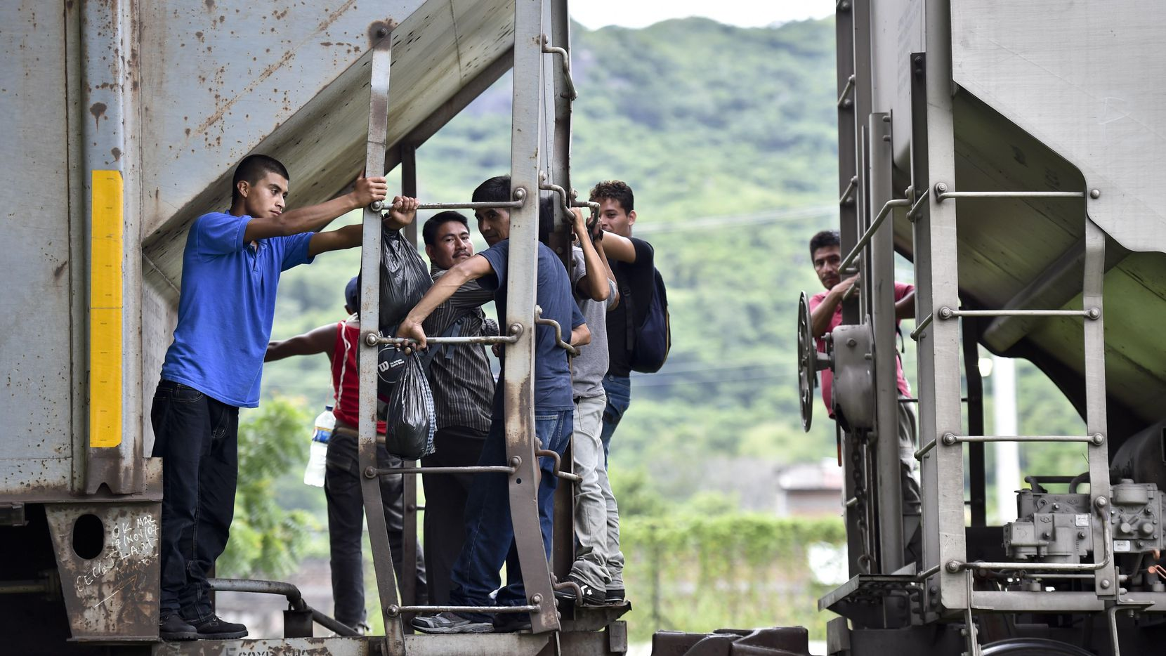 """Inmigrantes centroamericanos abordan el tren conocido como """"La Bestia"""" en Chiapas, México, en su intento de llegar a Estados Unidos. (GETTI IMAGES/YURI CORTEZ)"""