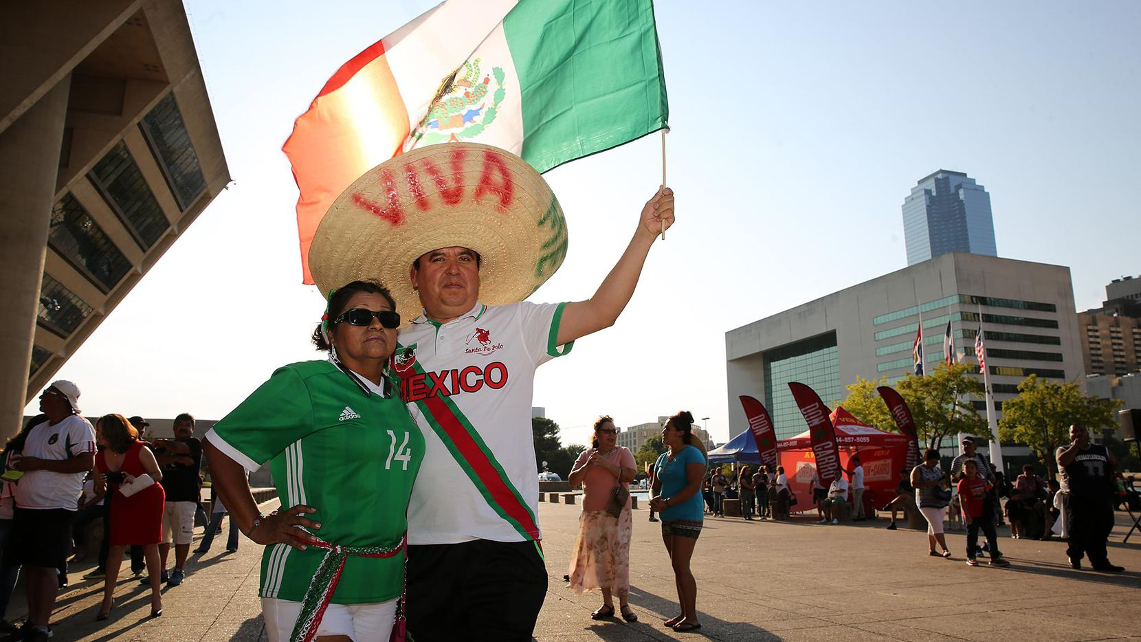Cientos de personas festejaron El Grito desde la esplanda de la alcaldía de Dallas el viernes pasado. (ESPECIAL PARA AL DÍA/OMAR VEGA)