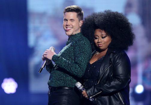"""Trent Harmon y La'Porsha Renae aparecen en el último programa de la temporada final de """"American Idol"""", el jueves 7 de abril de 2016, en el Dolby Theatre, en Los Ángeles. Harmon fue el ganador y Renae obtuvo el segundo lugar del concurso de cantantes. (Foto de Matt Sayles/Invision/AP)"""