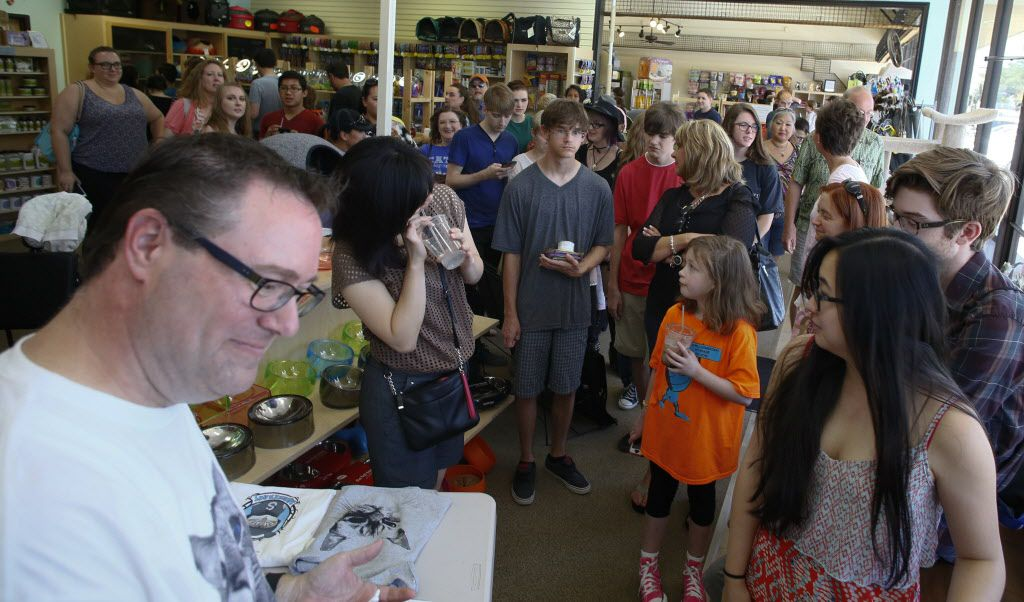 People wait in line to see the cat cafe and the special guest, Sauerkraut, the famous rescued cat on the opening day at Cat Connection the first cat cafe in Dallas August 8, 2015.