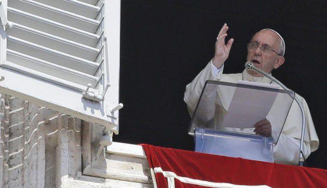 El papa Francisco bendice al público que asistió a una misa de mediodía en la Plaza de San Pedro, en El Vaticano. (AP/GREGORIO BORGIA)