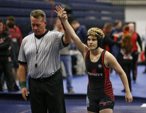 Mack Beggs de Euless al momento en que gana la semifinal sobre Kailyn Clay de Grand Prairie en el torneo UIL Region 2-6A de lucha en Allen. (Nathan Hunsinger/The Dallas Morning News via AP)