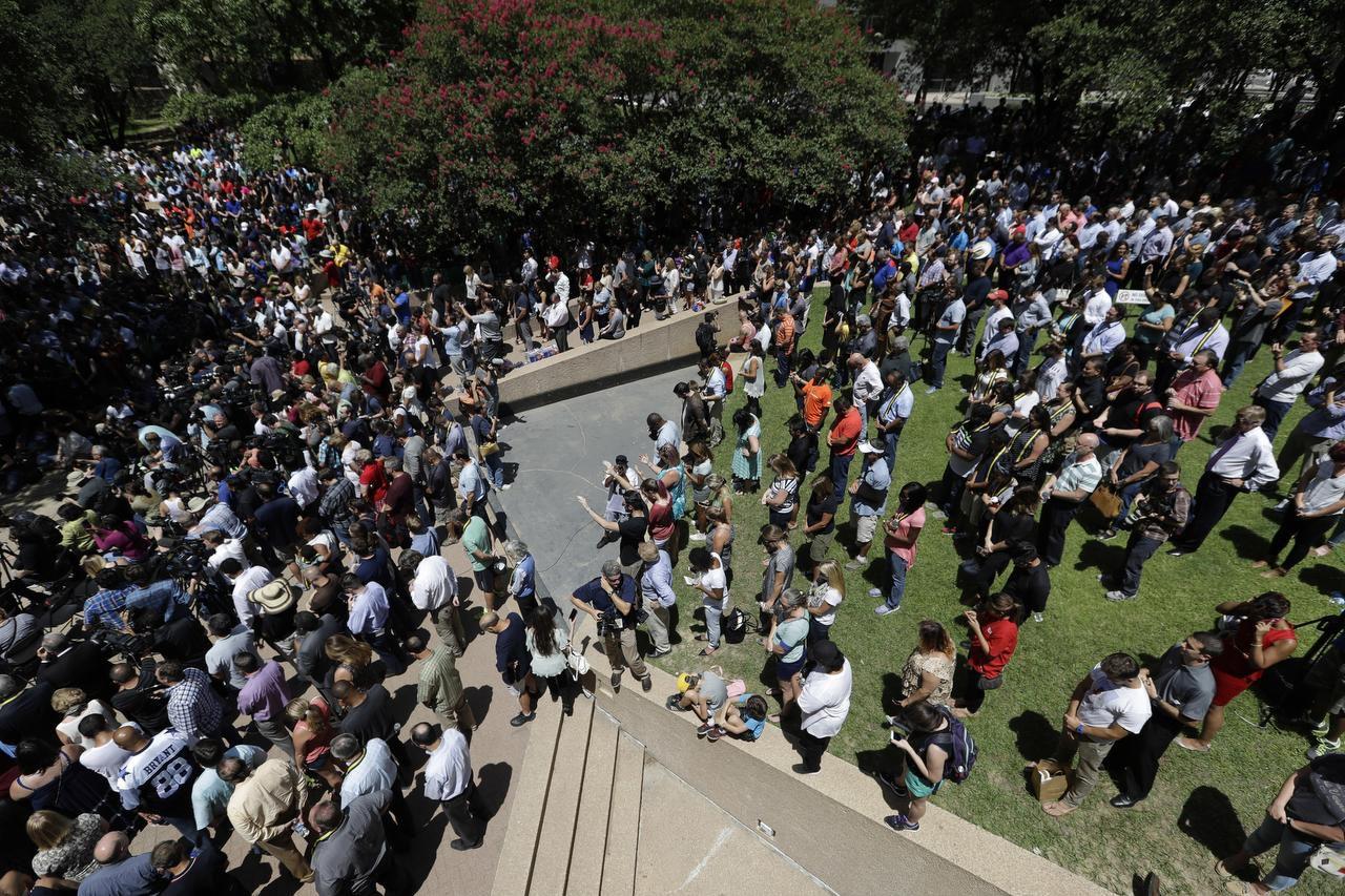 Cientos de personas rezaron el viernes en la plaza de Acción de Gracias en el centro de Dallas, donde líderes religiosos y funcionarios públicos pidieron unidad tras ataque contra oficiales. (AP/ERIC GAY)