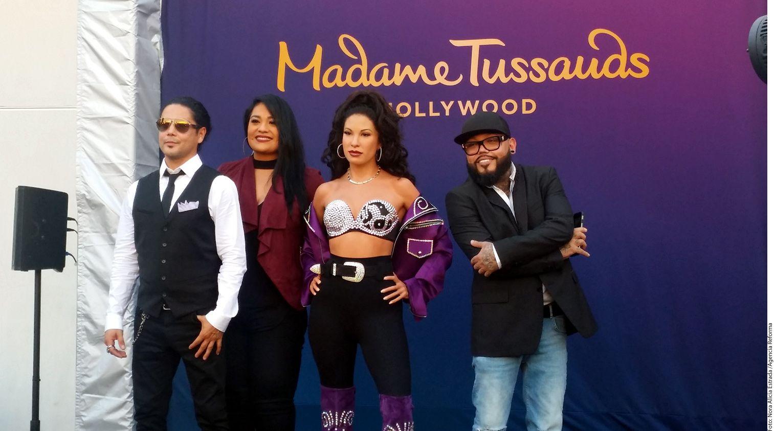 Chris Pérez (izq.), viudo de Selena, y sus hermanos Suzette (centro, izq.) y A.B. Quintanilla (der.) asistieron a la develación de la estatua en el Museo Madame Tussauds Hollywood.