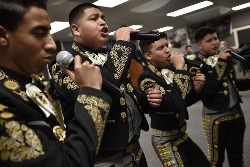 Carlos Machado (el segundo, de izquierda a derecha) canta con un grupo de vocalistas durante un ensayo del Mariachi Sol Azteca en Grand Prairie Fine Arts Academy el 17 de enero, 2019. (Ben Torres / Especial para Al Día)