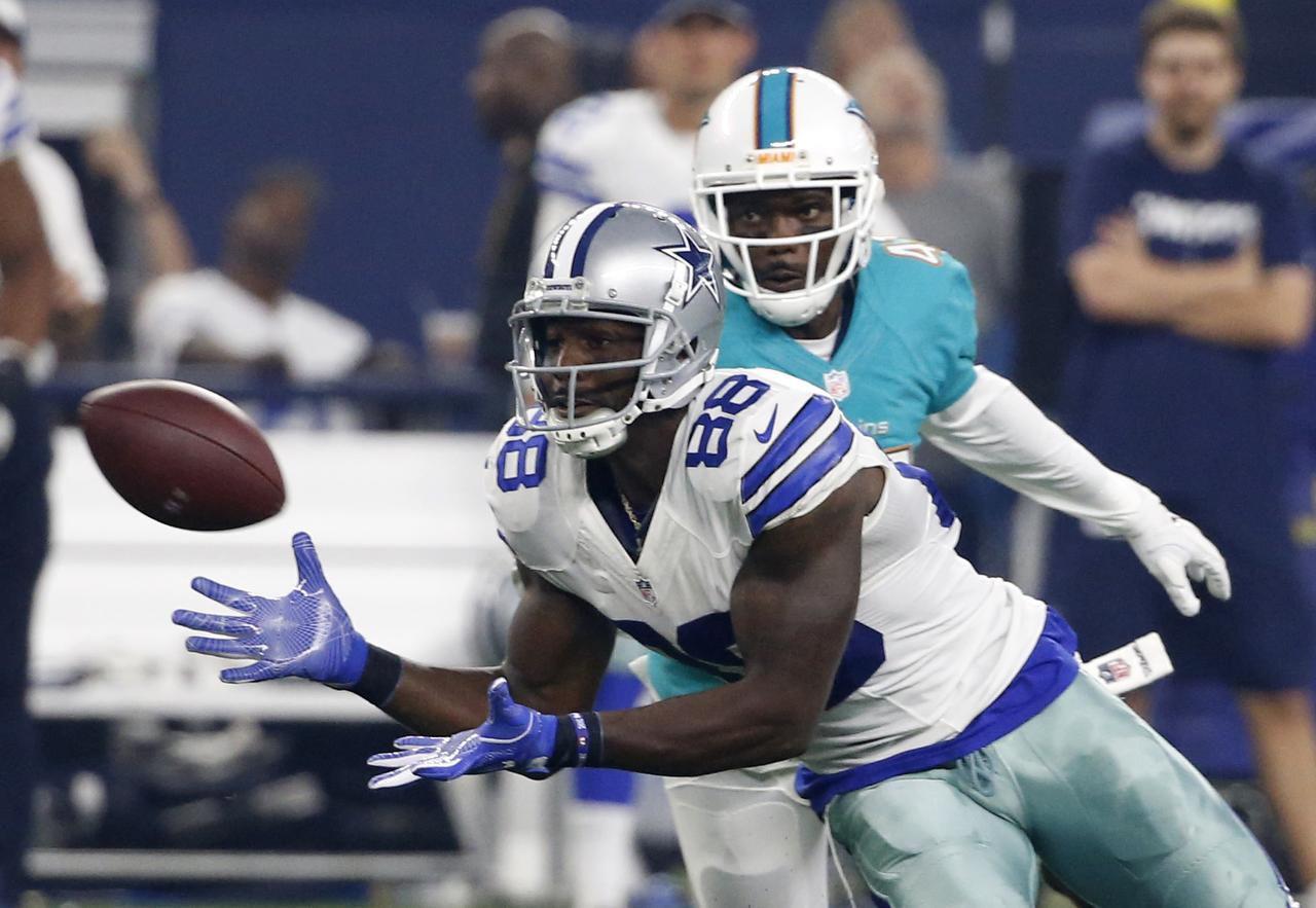 Dez Bryant captura un pase en el partido de los Cowboys ante los Dolphins, el sábado pasado en el AT&T Stadium.(AP)