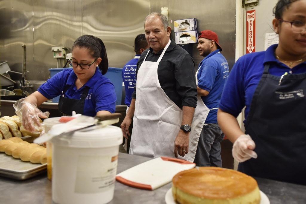 Armando Gelista supervisa el trabajo de sus panaderos en su local de Carrollton de la Panadería Guatemalteca La Mejor. (ESPECIAL PARA AL DÍA/BEN TORRES)