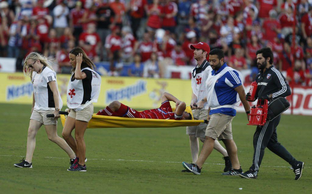 Mauro Diaz fue retirado en camilla del juego de Dallas ante Seattle el domingo. Foto AP