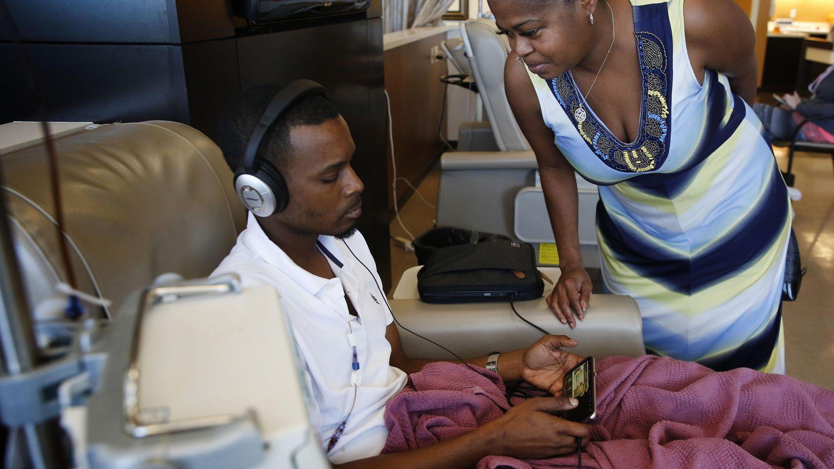 Sherita Lindsey junto a su hijo Robert Sasser, quien recibe quimoterapia por cáncer gástrico. El esposo de Lindsey, Johnnie murió también de cáncer y recibía una indemnización luego de pasar años cumpliendo una pena por un crimen que no cometió. ROSE BACA/DMN