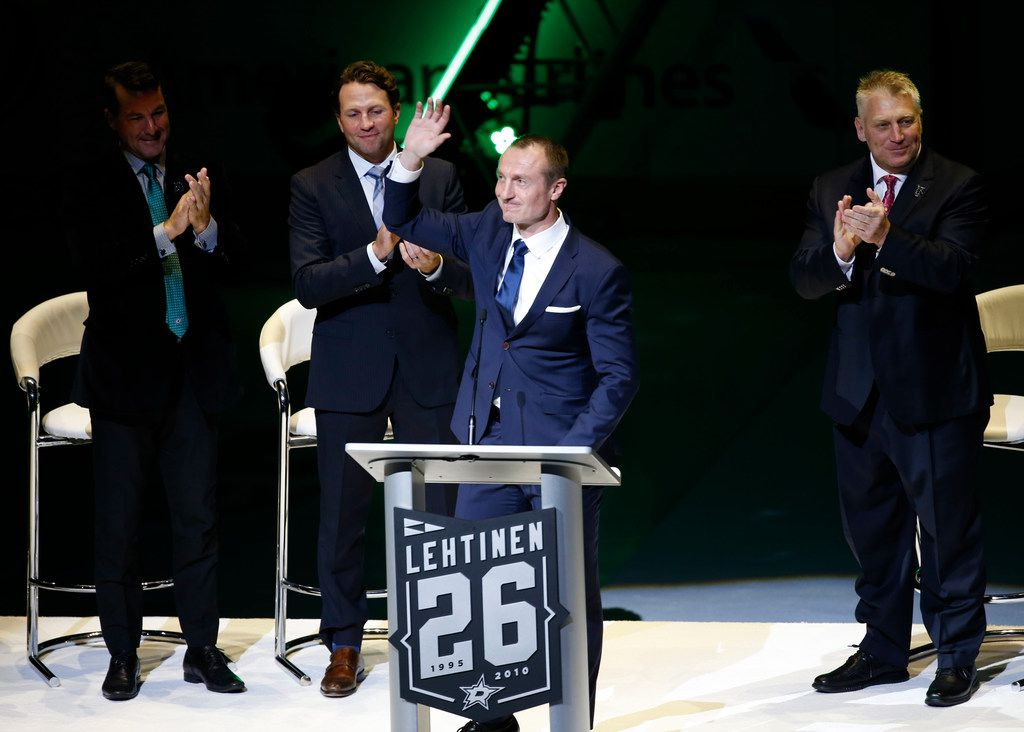 Former Dallas Stars player Jere Lehtinen waves to the crowd during his speech for his jersey retirement ceremony at American Airlines Center in Dallas on Friday, Nov. 24. (Rose Baca/The Dallas Morning News)