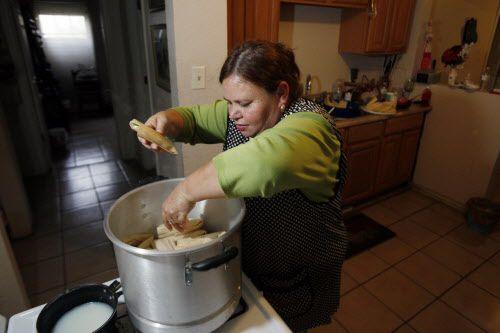Los tamales se deben de acomodar con cuidado en una olla./BEN TORRES ESPECIAL PARA AL DIA