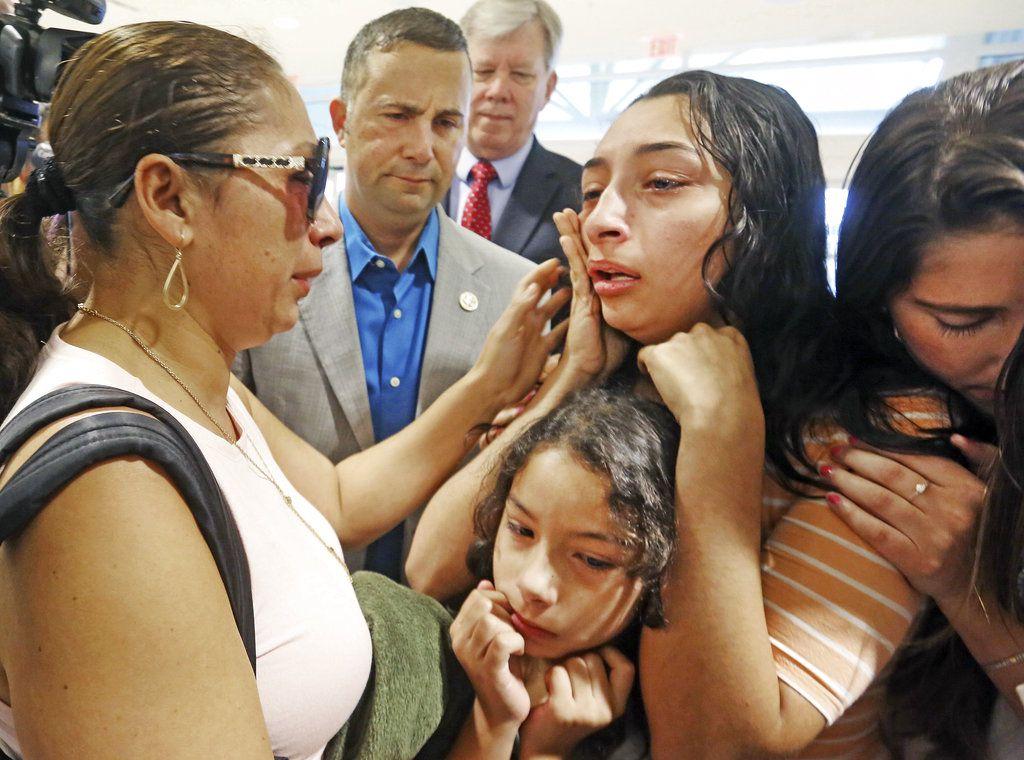 Alejandra Juárez, de 38 años, a la izquierda, se despide de sus hijas, Pamela y Estela, en el Aeropuerto Internacional de Orlando, en Florida, el viernes 3 de agosto de 2018. Juárez, esposa de un ex infante de Marina, optó por autodeportarse a México, pero su familia quedó dividida. (Red Huber/Orlando Sentinel vía AP)