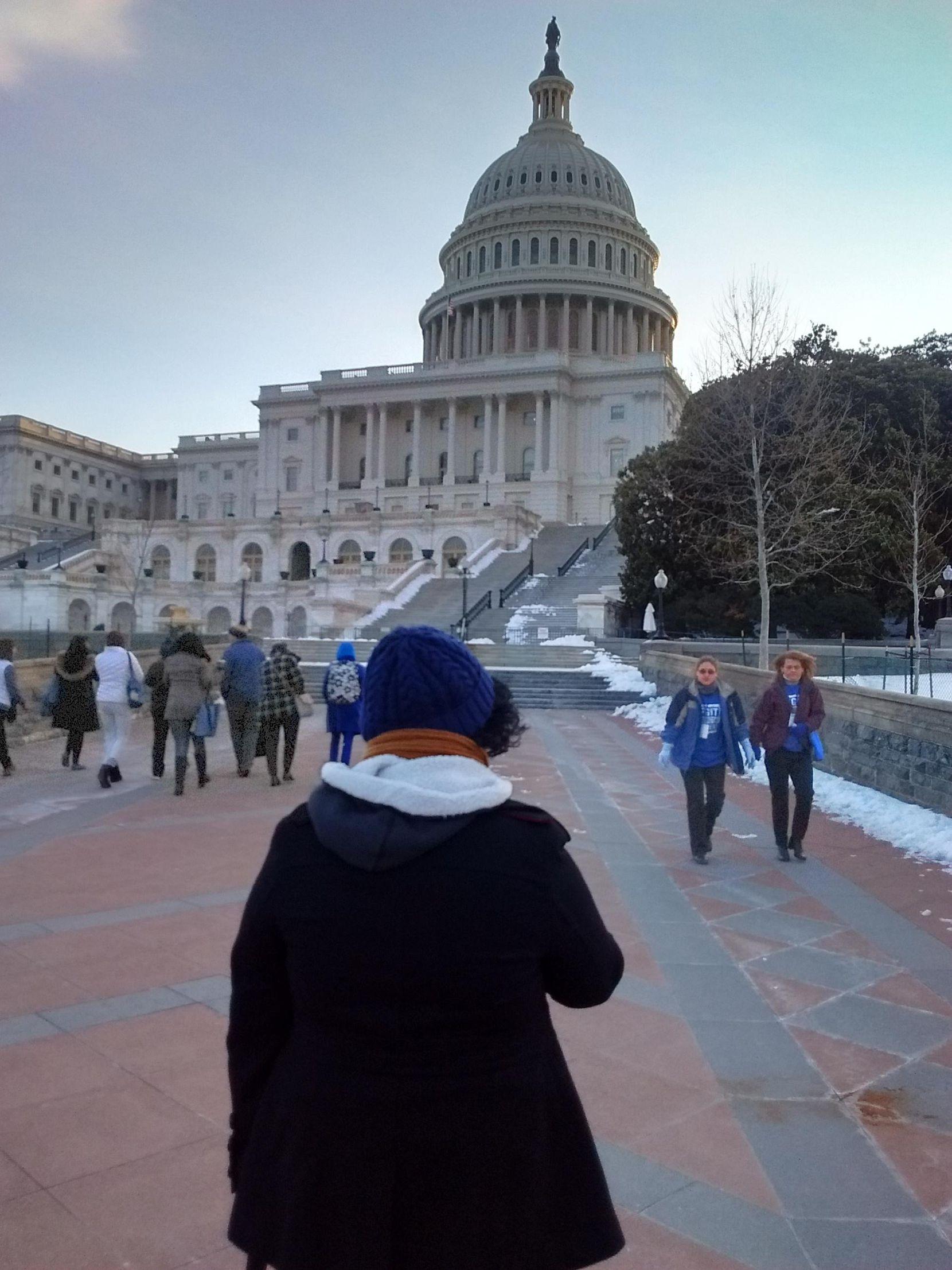 Alex Hernández llevó al Capitolio de Washington su lucha para prevenir el cáncer de colon, del cual falleció su madre. ——- Alex Hernández junto a su madre Emma.