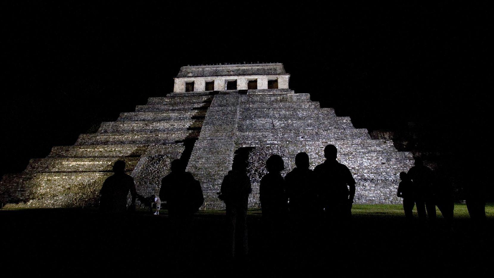 Arqueólogos de Palenque descubrieron un sistema de acueductos subterráneos bajo el Templo de las Inscripciones donde se encuentra la tumba del gobernante maya Pakal. De acuerdo con los arqueólogos el canal fue construido para darle al espíritu de Pakal una vía hacia el inframundo. (AP)