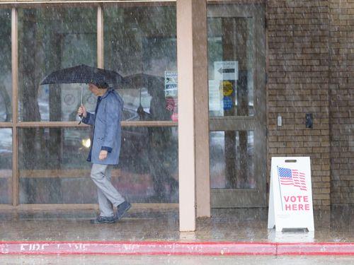 Ni la lluvia ha detenido a los votantes demócratas. Greg Abbott está nervioso, según revela una carta.