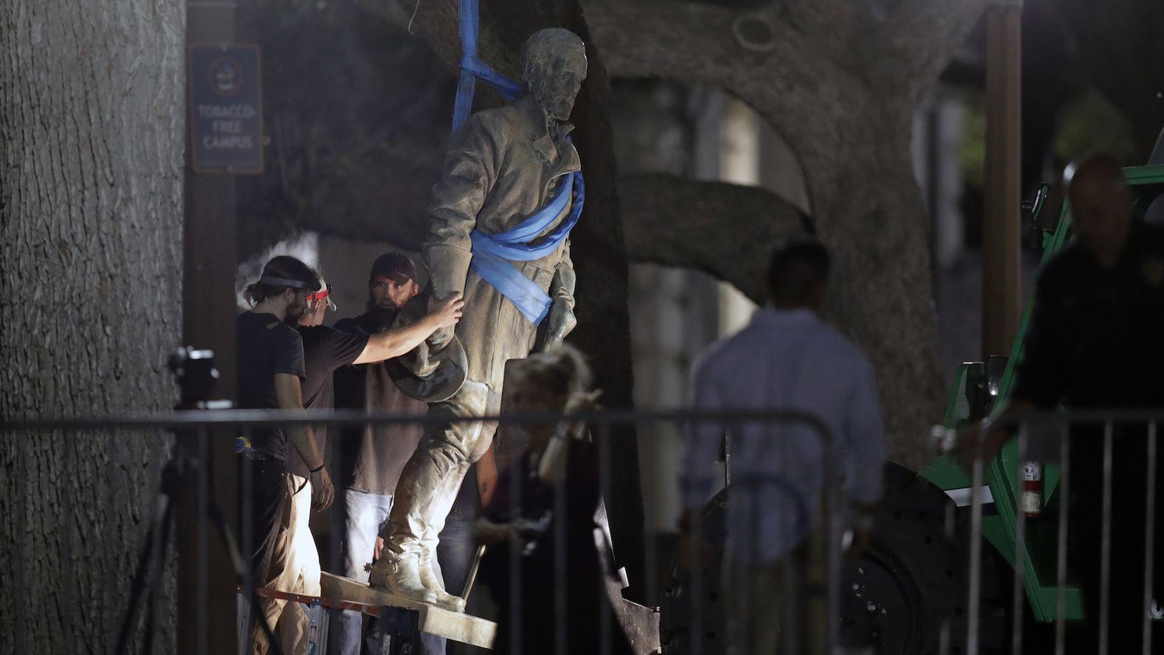 Trabajadores de la Universidad de Texas en Austin remueven la estatus del general confederado Robert E. Lee. AP