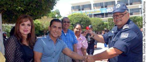 De acuerdo con fuentes, policías federales realizaron la captura del ex mando Felipe Flores (der.) en Iguala tras dos años prófugo.(AGENCIA REFORMA)