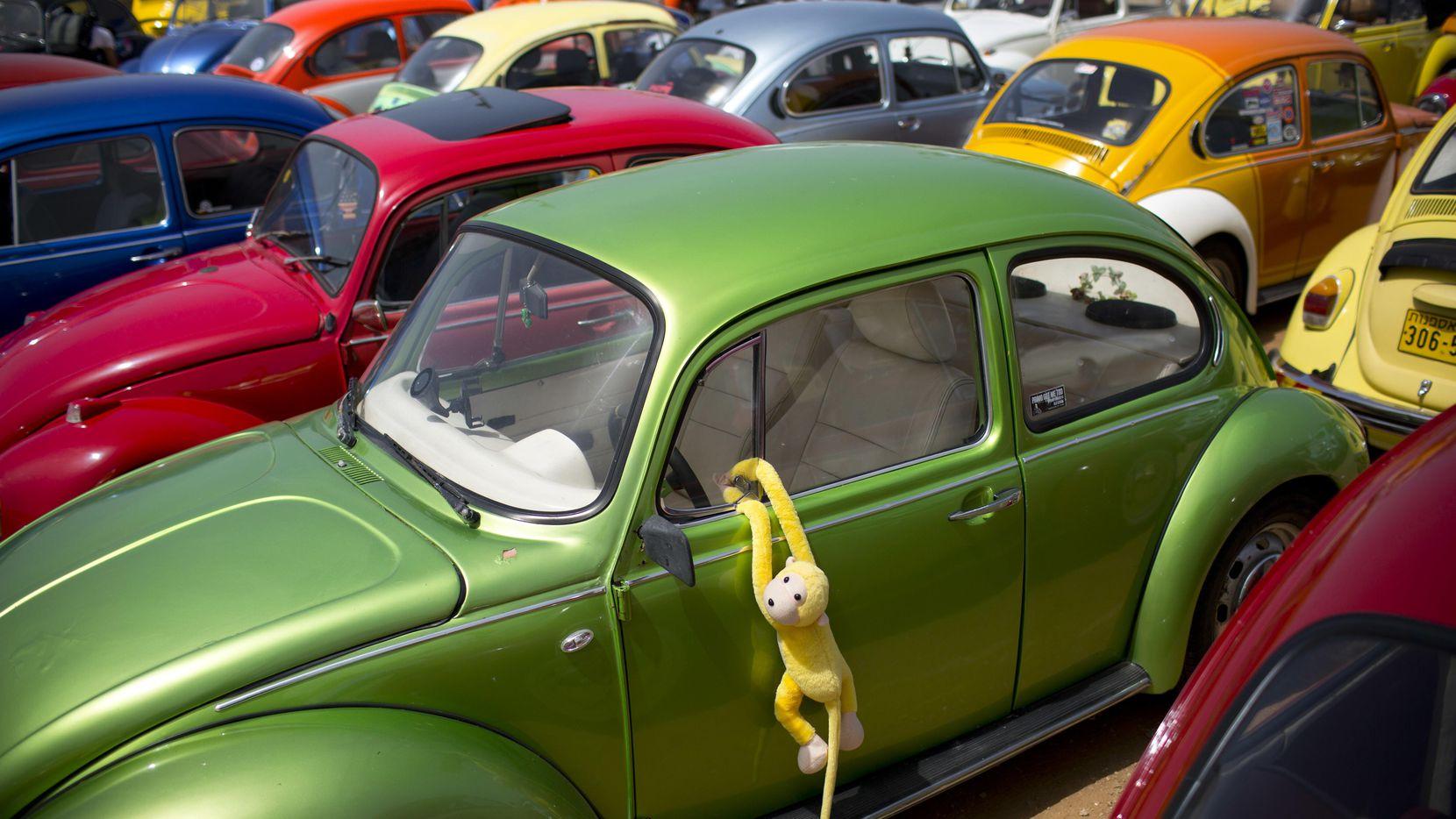Una fila de auto Volkswagen Beetle, el auto utilitario más popular por décadas en el mundo.(AP)